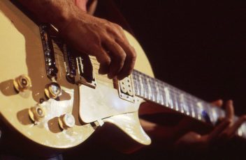 800px-Al_Di_Meola_guitar_in_Utrecht,_Netherlands